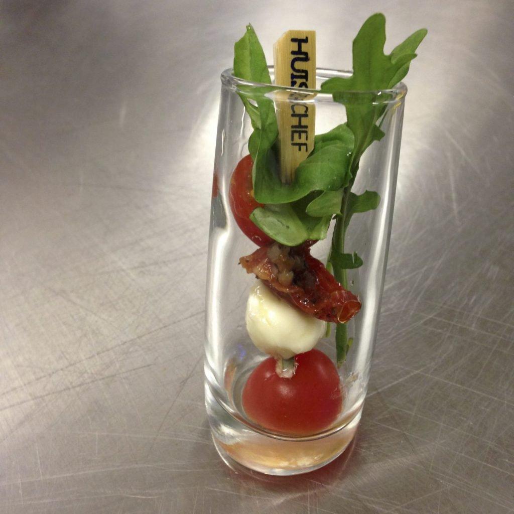 Caprese spies tomaat, basilicum, zongedroogde tomaat, rucola en buffel mozzarella bolletjes