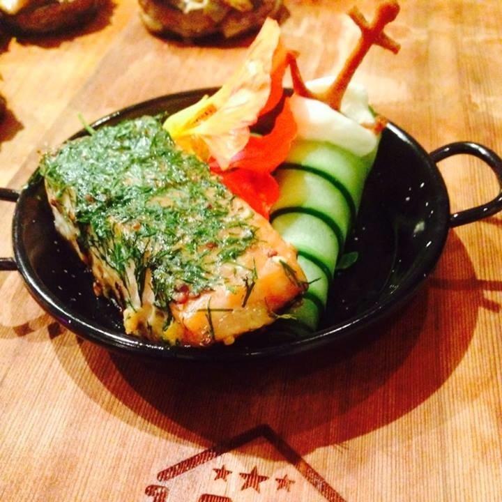 Op sederhout gemarineerde zalmzijde met mosterd ahorn siroop, dille en sinaasappel