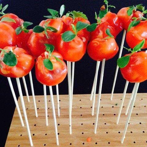 Gerookte zalm met roomkaas in de vorm van een tomaatje - zelf samenstellen