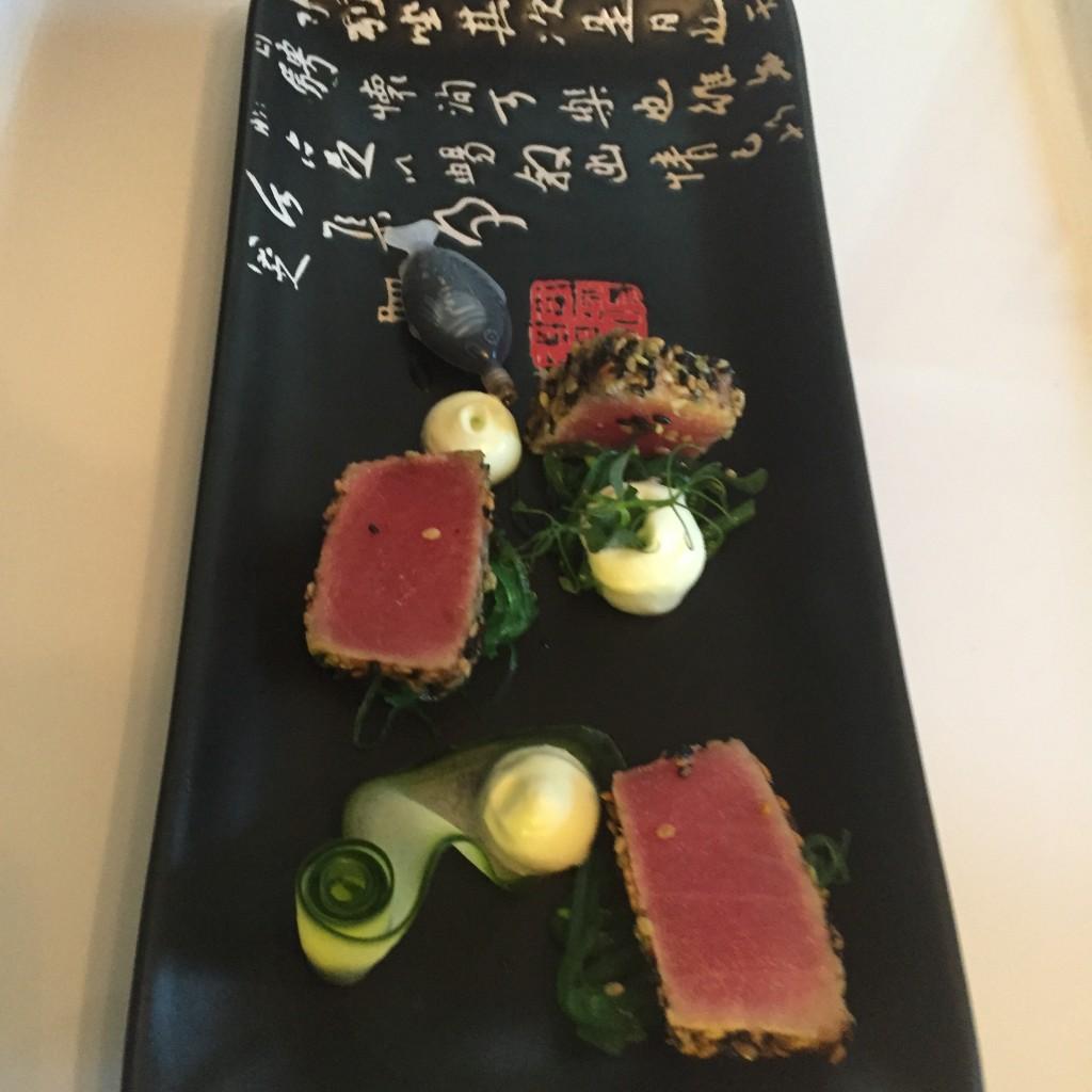 zelf samenstellen: Kort gebakken tonijn met komkommerschuim en wakame walking dinner Huischef