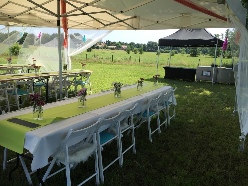 Gedekte tafels voor BBQ buffet