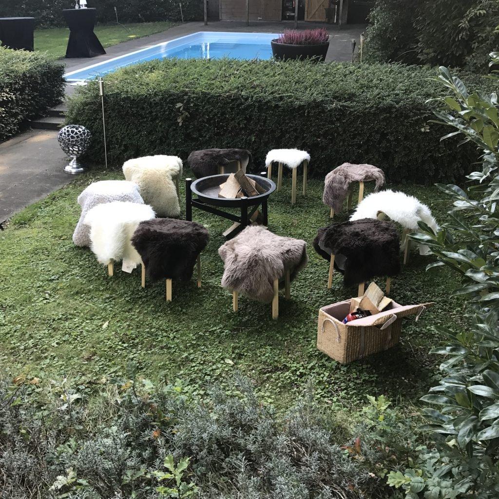Vuurplaats met schapenvachtjes