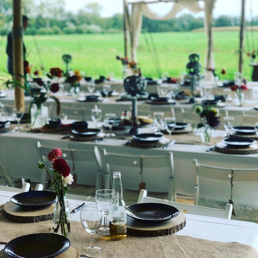 Gedekte tafel met jutte bruiloft
