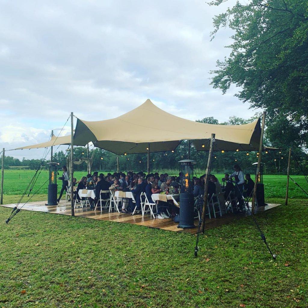 Diner onder tent bruiloft