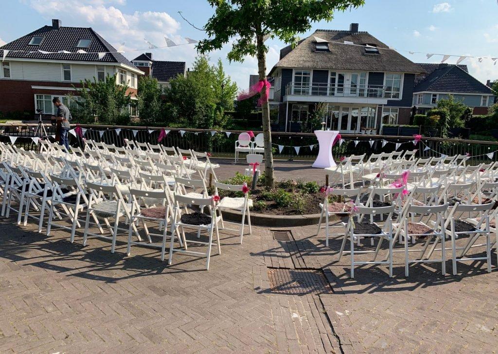 Bruiloft verhuur witte stoeltjes