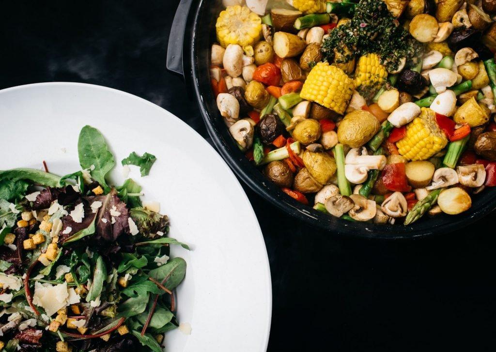 Gegrilde groenten en salade voor op het buffet