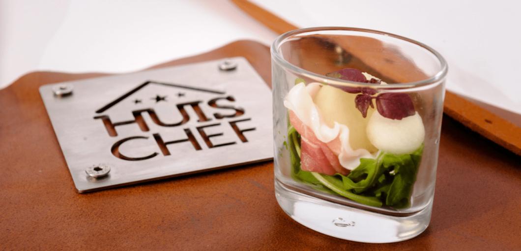 Huischef logo met amuse hapje Parmaham met meloen Catering in Soest